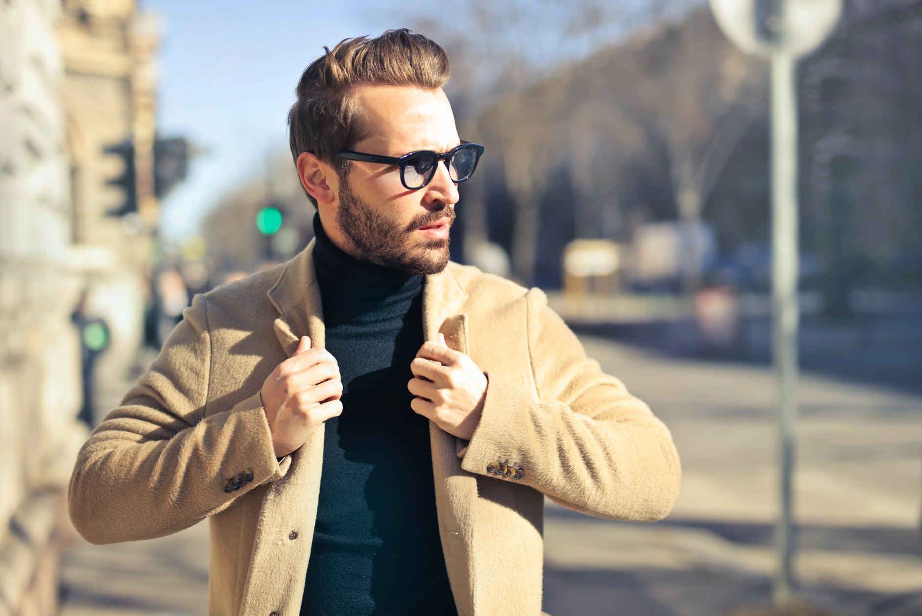 Jakie dodatki dopasować do stylu eleganckiego w stylizacji męskiej?