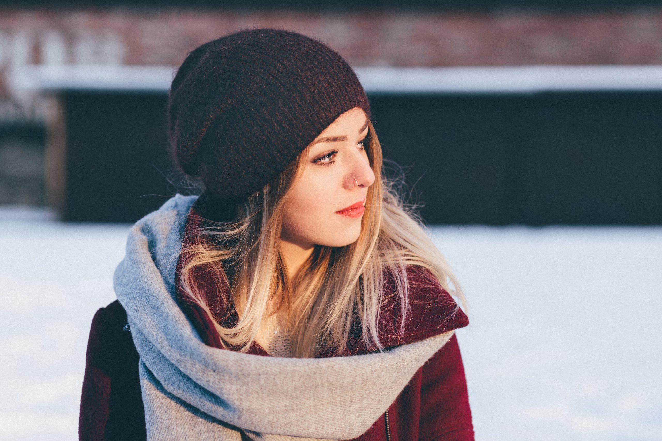 Jak wiązać szalik? Porady na chłodniejsze dni