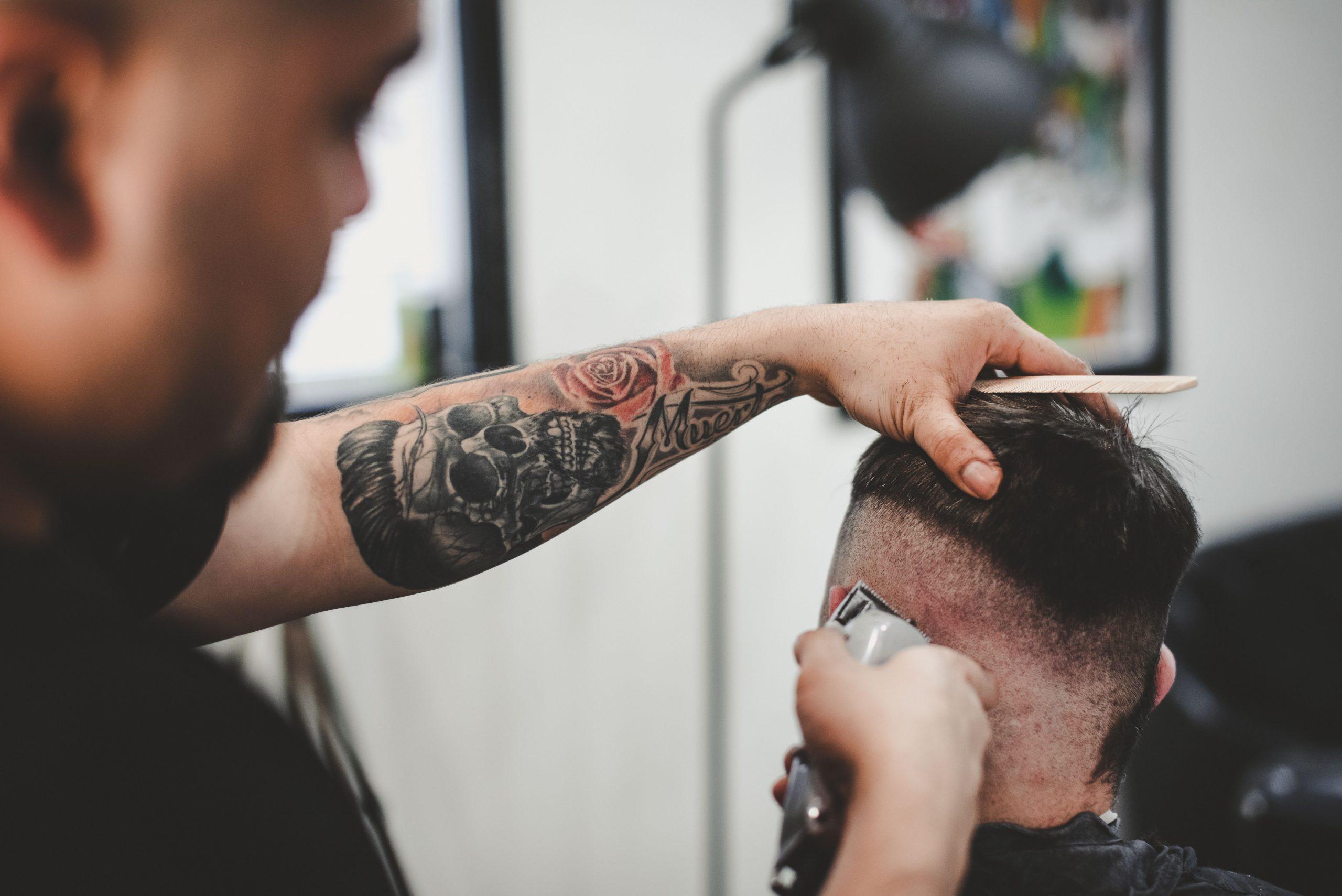 Męskie fryzury – czym różnią się pomada, glinka, krem i pasta?