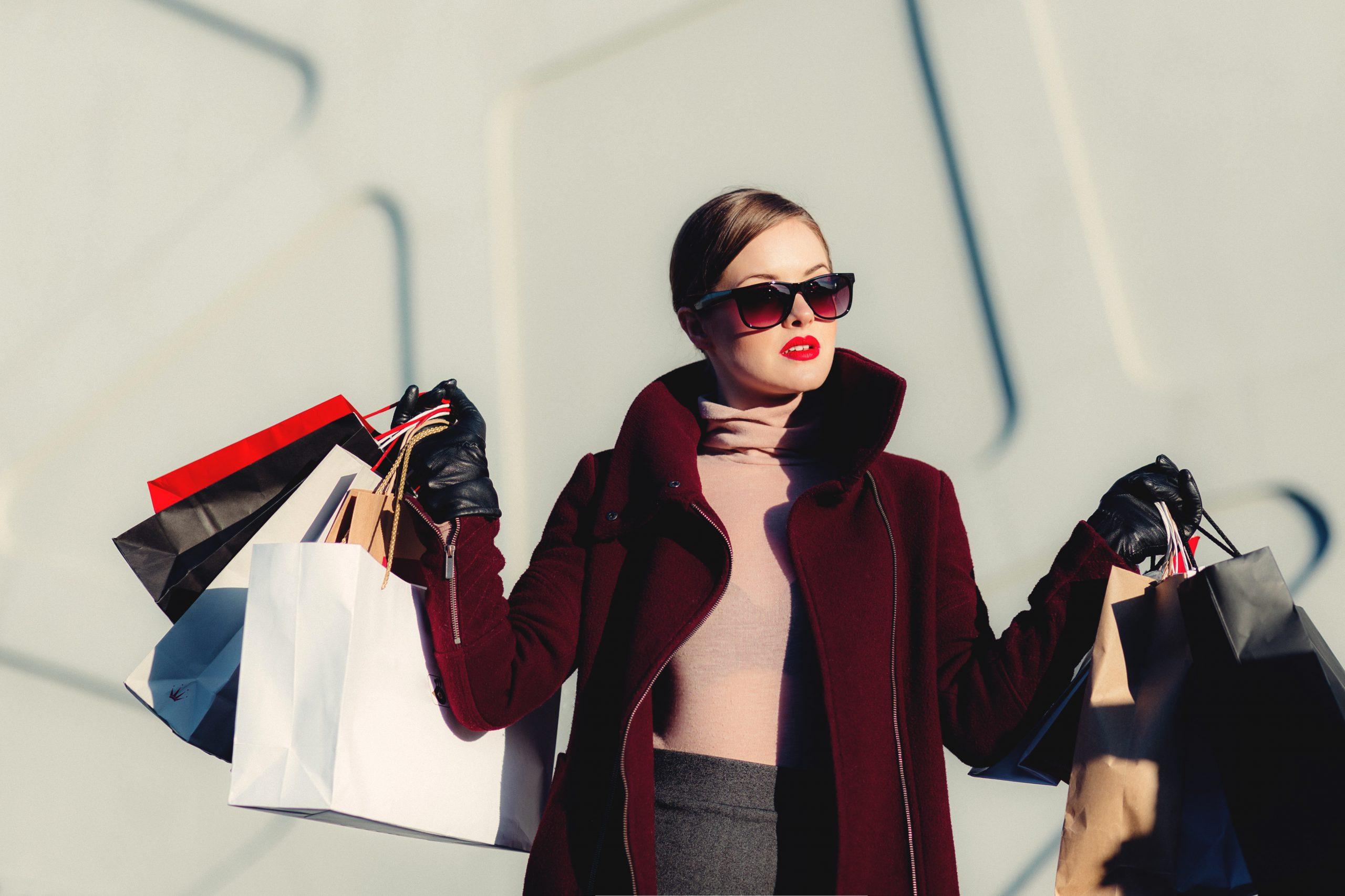 Moda damska – ekskluzywne marki czy odzież używana?