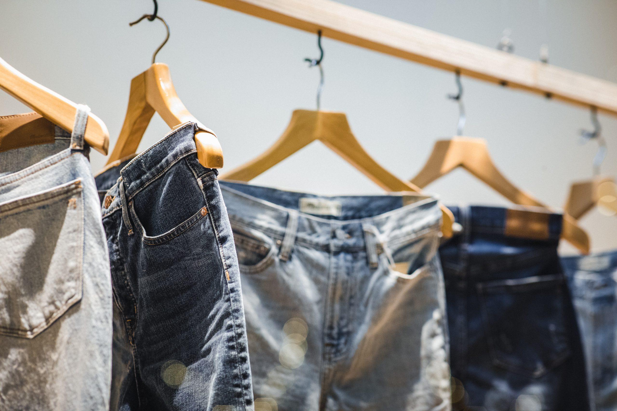 Poznaj modne fasony jeansów